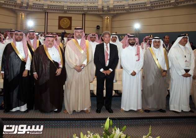 صورة جماعية للحضور يتوسطهم الأمير عبدالله بن مساعد