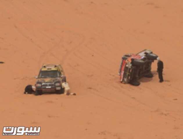 سيارته توقفت وسط الرمال الكثيفة ما جعله يتأخر عن مواصلة سيره.