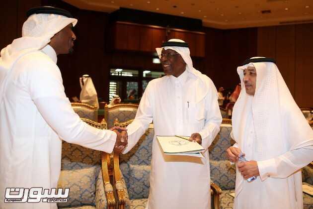 احمد عيد يتحدث مع عبدالله المصيليخ وهادي صوعان
