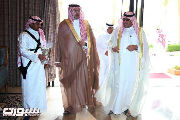 الأمير عبدالله بن مساعد ونواف بن محمد قبل الدخول إلى قاعة الإجتماعات