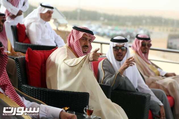 الأمير فيصل بن بندر يستمع لشرح من الأمير سلطان الفيصل