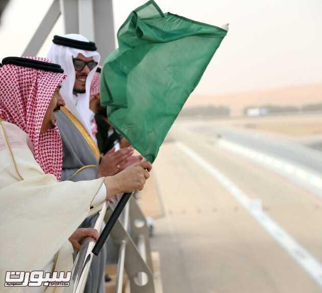 أمير منطقة الرياض لحظة اعطائه شارة انطلاق سباق الجي تي