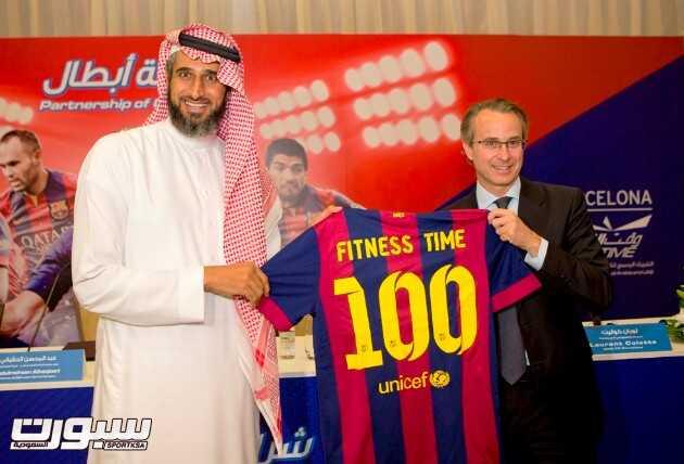 نائب رئيس برشلونة فاوس يقدم هدية لرئيس مجلس الإدارة والعضو المنتدب لشركة لجام للرياضة السيد عبدالمحسن الحقباني عبارة عن تيشرت فريق برشلونة