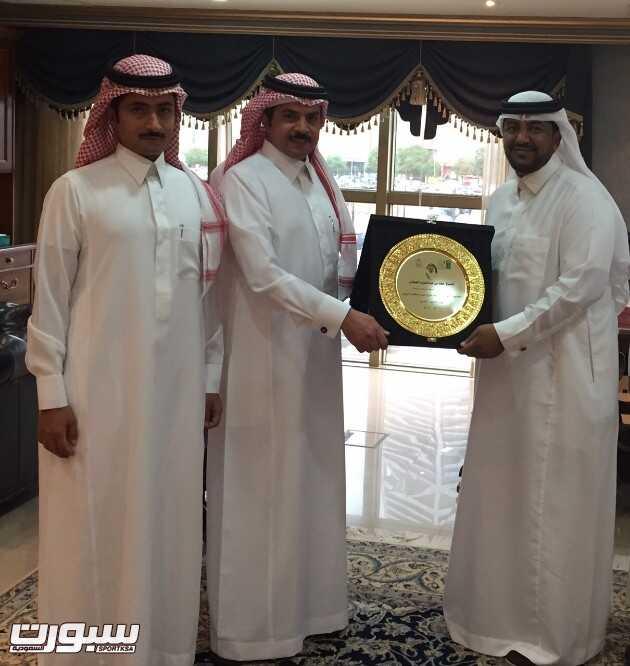العجلان يتسلم العضوية الفخرية لرابطة فرق احياء الرياض