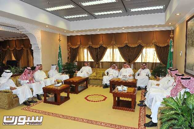 صورة جماعية خلال زيارة الأمير عبدالحكيم لجامعة الملك فهد للبترول والمعادن