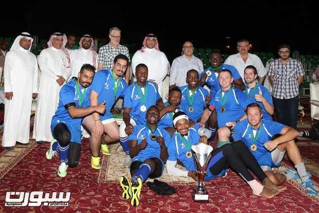 الامير سلطان بن فيصل يتوسط لاعبي فريق المدينة عقب التتويج