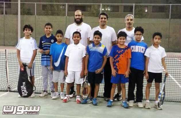 صورة جماعية للاعبي ومدربي المنتخب السعودي للتنس