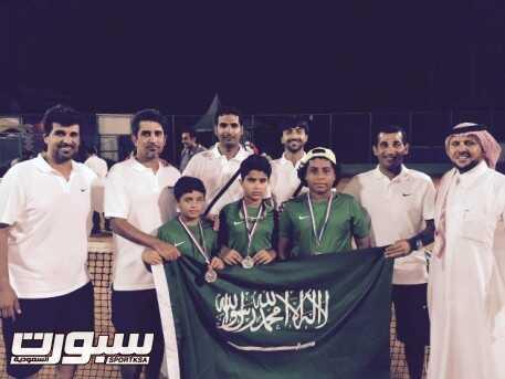 لاعبوا المنتخب السعودي للتنس عقب التتويج