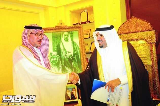 أمير القصيم يصافح رئيس المجلس التنفيذي