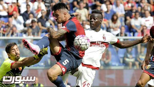 AC Milan's Mario Balotelli (R) fights for an aerial ball with Genoa's goalkeeper Eugenio Lamanna and Armando Izzo during their Italian Serie A soccer match at the Marassi stadium in Genoa, September 27, 2015. REUTERS/Giorgio Perottino