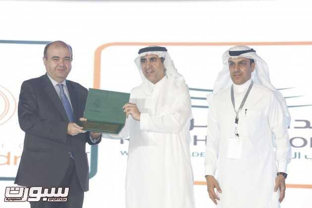 وزير التعليم يسلم مدير عام مؤسسة ريال مدريد شعادة تقدير من مدارس الرياض