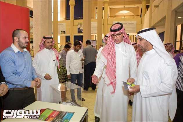عبدالملك الحقباني مساعد الرئيس التنفيذي لوقت اللياقة يشرح للدكتور فهد القريني عن معرض وقت اللياقة