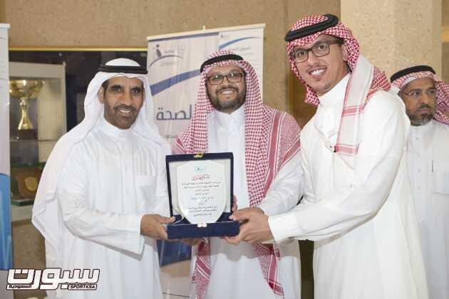 الدكتور القريني يسلم درع الجامعه للاستاذ عبدالملك الحقباني