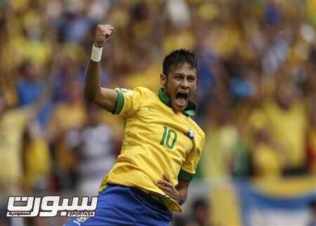 نيمار مهاجم البرازيل عقب احراز هدف في مرمى اليابان بكأس العالم للقارات في برازيليا يوم 15 يونيو حزيران 2013 - رويترز