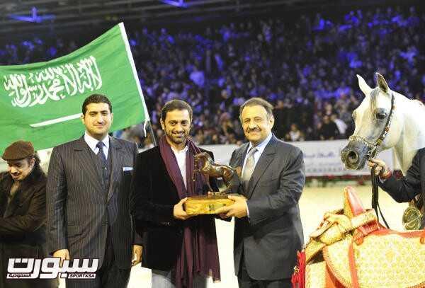 الأمير خالد بن سلطان مع إحدى بطولات العالم التي فازت بها الخالدية