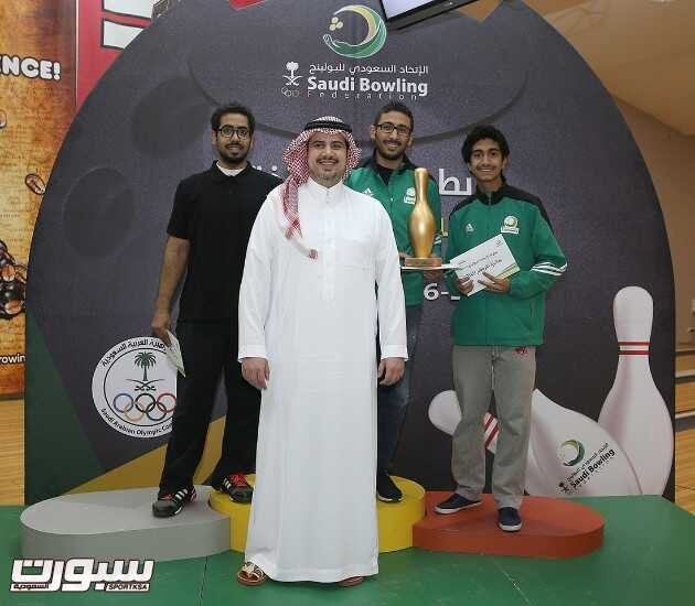 رئيس الاتحاد السعودي للبولينج الأمير عبدالحكيم بن مساعد يتوسط الفائزين المراكز الثلاثة الأولى في بطولة الأساتذة