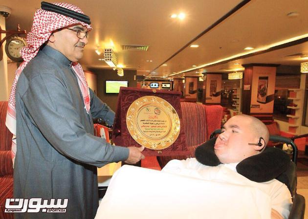 عضو الإتحاد الخليجي للإعلام الرياضي خالد الحسين يسلم بوقس درع الاتحاد