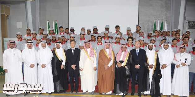 صورة جماعية المحافظ مع الخريجين