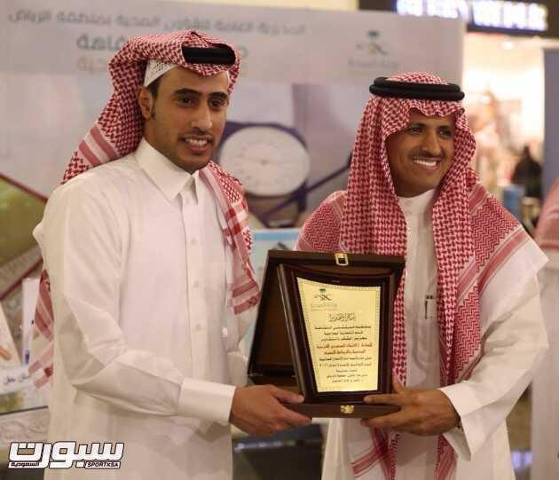 عبدالرحمن الجبرين خلال تسلمه درع تكريمي لمشاركة الاتحاد في هذه الفعالية.