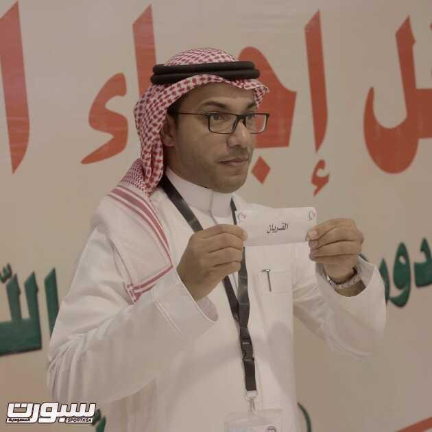 خالد الدبل يسحب القرعة ( تصوير - محمد الشريد )