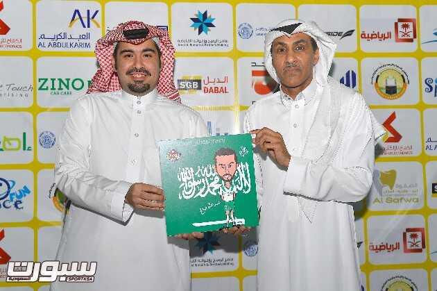 الفنان فهد الخشرمي يهدي المونديالي عبدالله صالح صورة كاركتيرية