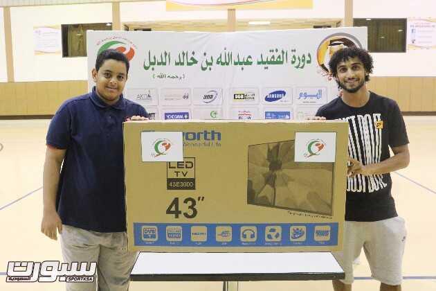 لاعب القادسية عبدالرحمن العبيد يسلم الشاشة لنواف هلال