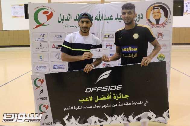 لاعب الاهلي صالح العمري يكرم جسام صالح