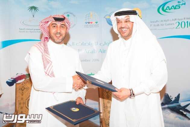 توقيع الاتفاقية بين الأمير طلال بن بدر بن سعود رئيس الاتحاد . ومثل الاتحاد السعودي للرياضات الجوية الأمير تركي بن مقرن بن عبدالعزيز رئيس الاتحاد .