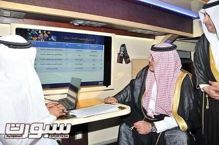 الأمير مشاري بن سعود أمير منطقة الباحة خلال زيارته للفرع المتنقل أمس