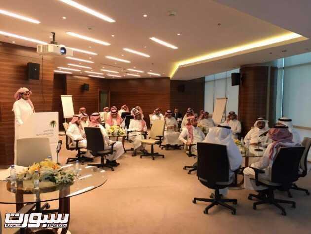 أ. عدنان النعيم متحدثاً في ورشة عمل تطوير آلية مركز إيواء العاملة المنزلية (1)
