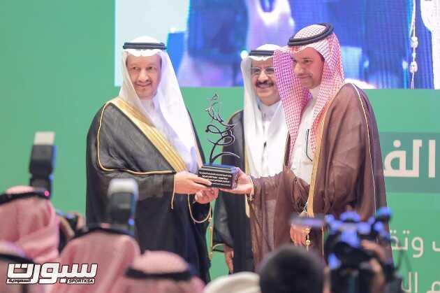 د. عبدالله أبو ثنين متسلما الجائزة