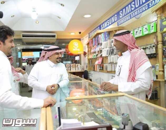 الفالح في حديث مع احد السعوديين العاملين بالقطاع