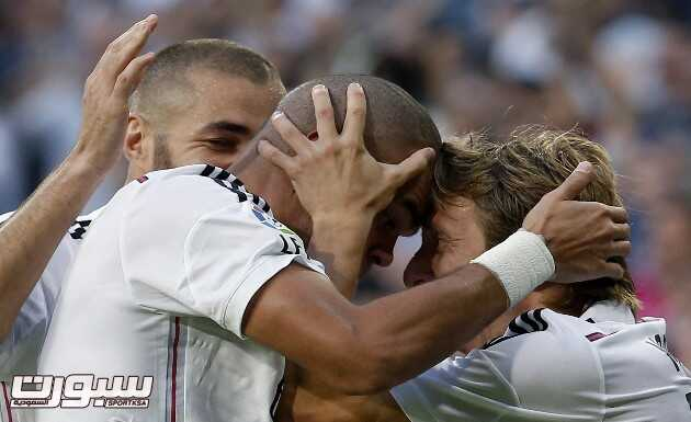 epa04463378 Real Madrid's Portuguese defender Pepe (L) jubilates with his team mate, Croatian midfielder Luka Modric (R) his goal against FC Barcelona during their Primera Division soccer match played at Santiago Bernabeu stadium in Madrid, Spain on 25 October 2014.  EPA/Chema Moya