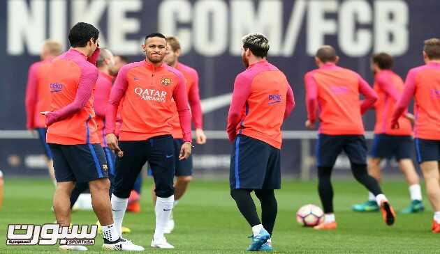 epa05596340 FC Barcelona players (L-R) Luis Suarez, Neymar, and Lionel Messi attend their team's training session in Sant Joan Despi, near Barcelona, northeastern Spain, 21 October 2016. FC Barcelona will face Valencia CF in the Spanish Primera Division soccer match on 22 October 2016.  EPA/TONI ALBIR