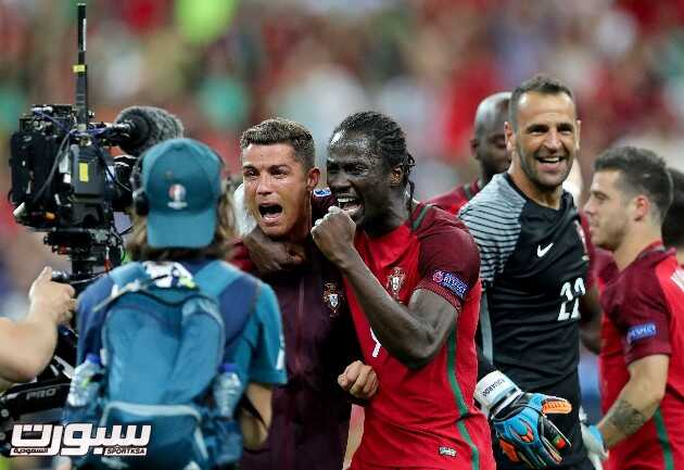epa05419745 Portugal's Cristiano Ronaldo (L) and Eder celebrate their team's victory in the UEFA EURO 2016 Final match between Portugal and France at Stade de France in Saint-Denis, France, 10 July 2016. (RESTRICTIONS APPLY: For editorial news reporting purposes only. Not used for commercial or marketing purposes without prior written approval of UEFA. Images must appear as still images and must not emulate match action video footage. Photographs published in online publications (whether via the Internet or otherwise) shall have an interval of at least 20 seconds between the posting.)  EPA/MIGUEL A. LOPES   EDITORIAL USE ONLY