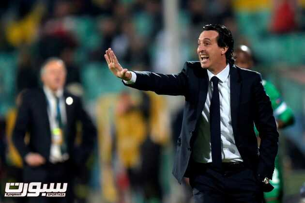 epa05561031 Paris Saint-Germain's coach Unai Emery (R) reacts during the UEFA Champions League group A soccer match between PFC Ludogorets Razgrad and Paris Saint-Germain at Vassil Levski Stadium in Sofia, Bulgaria, 28 September 2016.  EPA/GEORGI LICOVSKI