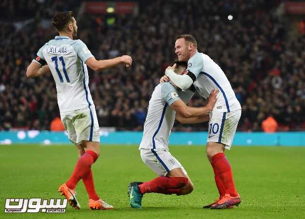 epa05627689 England's Gary Cahill (C) celebrates with teammates Wayne Rooney (R) and Adam Lallana (L) after scoring the 3-0 goal during the FIFA World Cup 2018 Qualification group F match between England and Scotland at Wembley Stadium in London, Britain, 11 November 2016.  EPA/ANDY RAIN