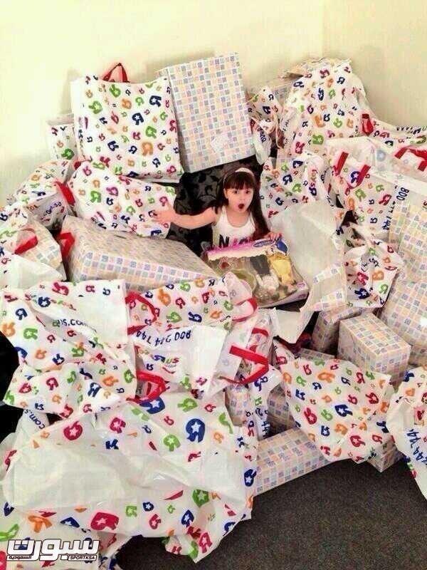 ابنتة نيفيز غارقة في الهدايا في صورة نشرها اللاعب على حسابه