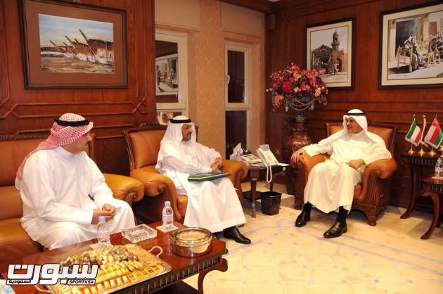بالصور | الخميس يُسلم دعوات خليجي 22 لمسؤولي الرياضة الكويتية