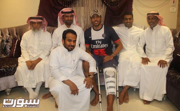 صور زيارة لاعبي الاهلي لكرة الطائرة للاعب حسين المعيدي