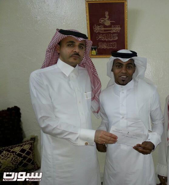 سعيد القحطاني يسلم دعوة التكريم الاولمبي للنخلي