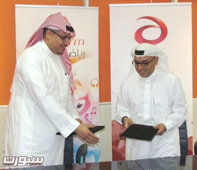 -مدير عام إذاعة يو إف إم محمد الخميس ومدير عام وثبه مؤمنة لحظة التوقيع  .